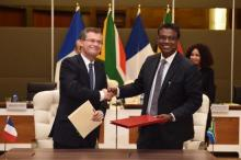 Jean-Pascal Le Franc,CNES Director of Planning, International Relations and Quality and Dr Valanathan Munsami, CEO of SANSA signing the MoU