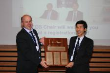 EUMETSAT Director-General Alain Ratier hands over the CEOS chairmanship to Shizu